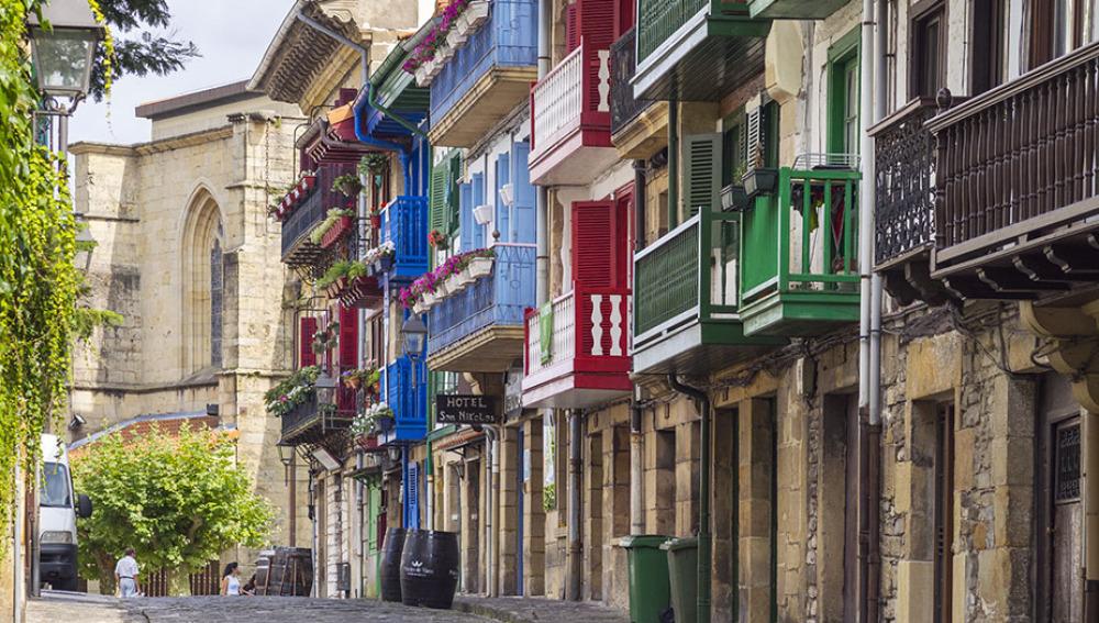 Las calles de Hondarribia están llenas de luz y color