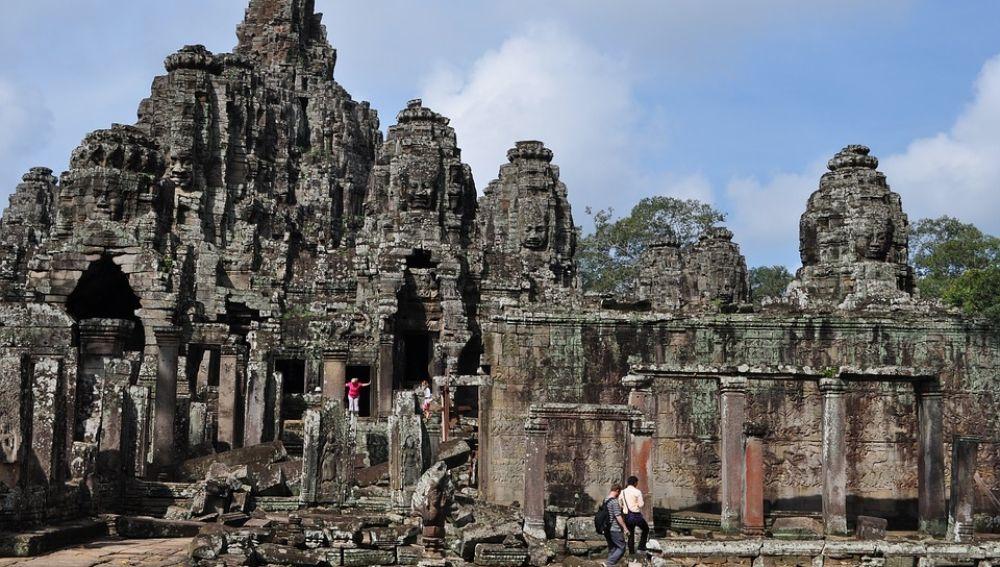 Monumentos destrozados por los turistas
