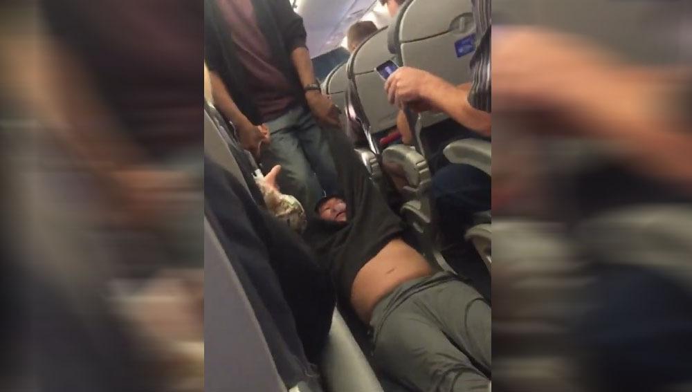 Pasajero arrastrado fuera de un avión por overbooking