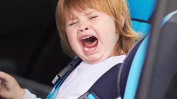 La pesadilla de viajar en coche con niños que no dejan de gritar y llorar